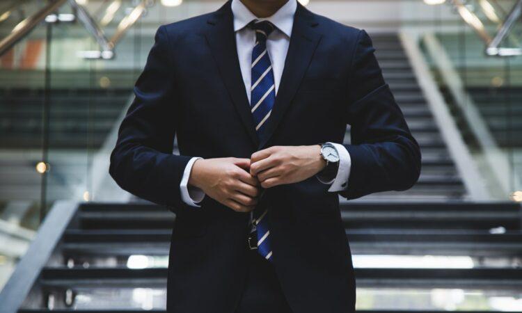 Une personne habillée en costume.
